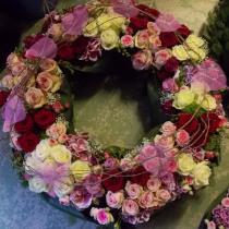 Grabkranz mit Rosen