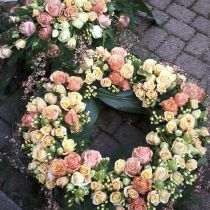 Grabgranz mit Rosen